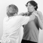 Kontrolle in der Selbstverteidigung durch Zwang zu Reflexen